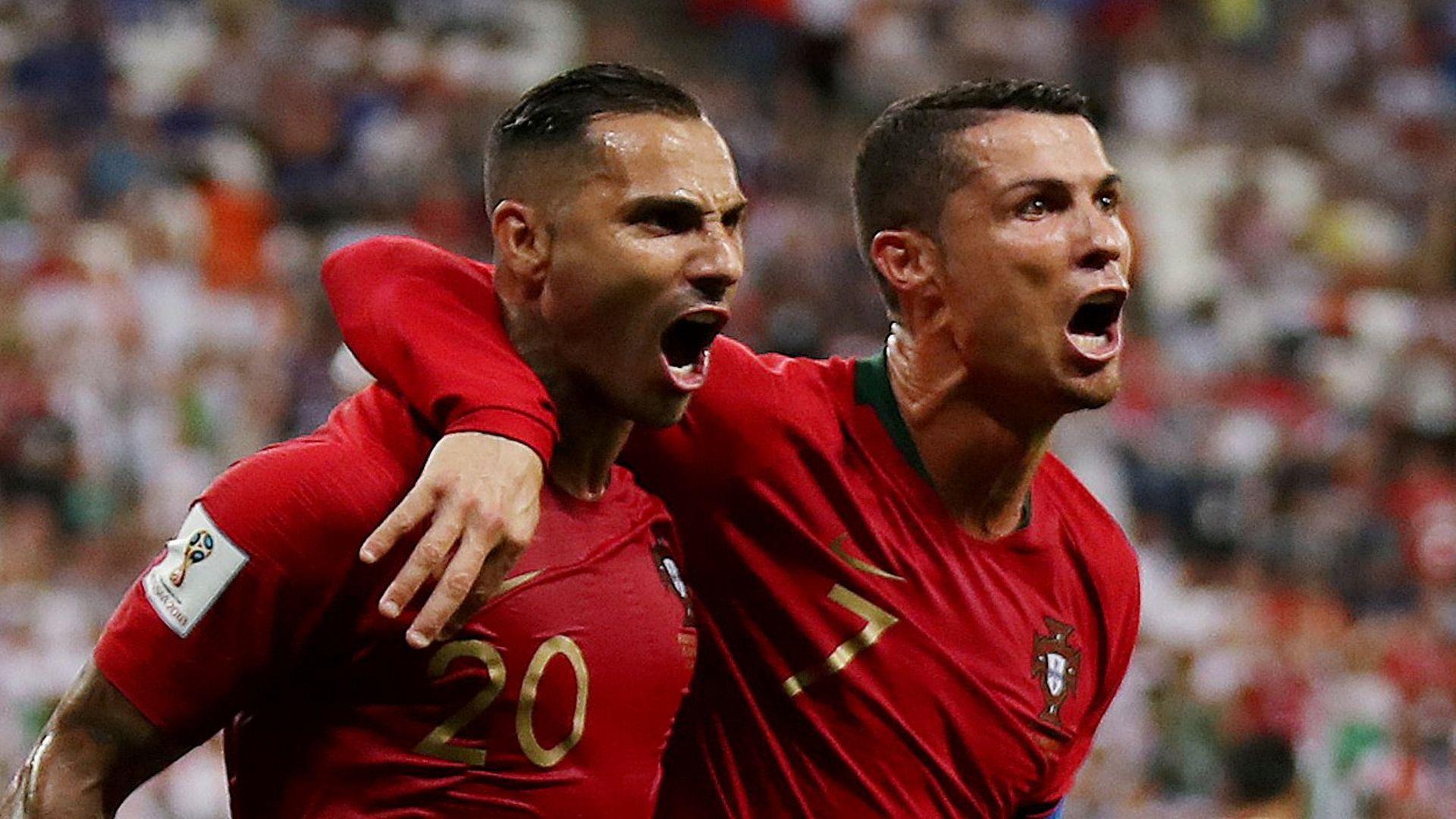 Куарежма и Роналду празднуют красивый гол за сборную Португалии (Куарежма слева)